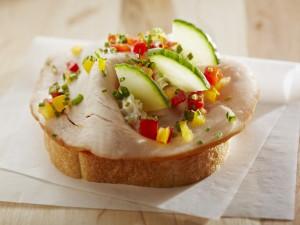 Pan con pavo y vegetales
