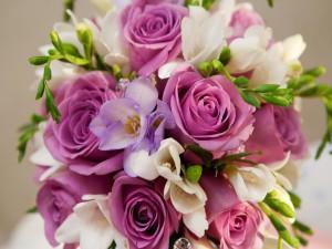 Bouquet de rosas y fresias