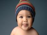 Un simpático bebé con un gorrito de lana