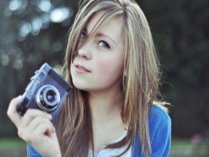 Chica guapa con una cámara de fotos