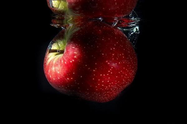 Manzana roja arrojada al agua
