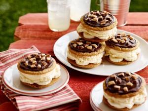 Galletas rellenas de helado y plátano