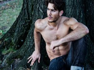 Joey Slomowitz sentado junto a un árbol