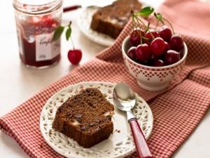 Bizcocho de chocolate acompañado de cerezas