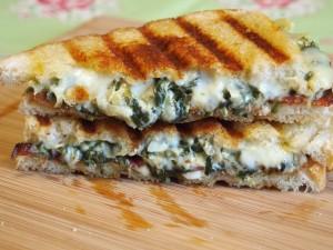 Sándwich caliente con espinacas