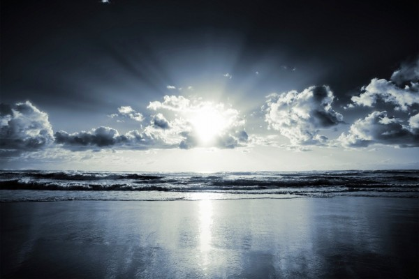 Sol reflejado en la orilla del mar