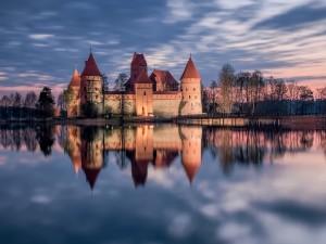 Castillo reflejado en el agua al amanecer
