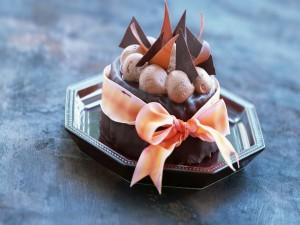 Tarta de chocolate con un lazo