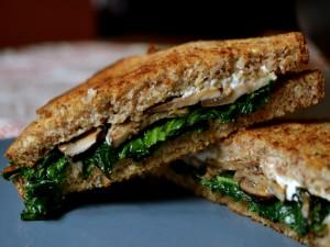 Sándwich con setas y espinacas