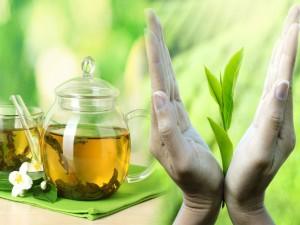 Manos sosteniendo unas hojas de té