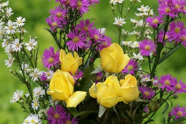 Ramo de rosas amarillas y flores silvestres