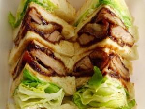 Sándwiches cortados en pequeños triángulos
