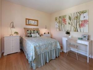 Encantador dormitorio con muebles blancos
