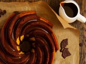 Bizcocho bañado con chocolate y café