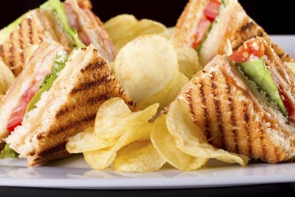 Sándwich club y patatas chips