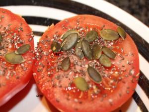 Tomates con pipas de calabaza y otras semillas