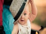 Bebé colocándose un sombrero