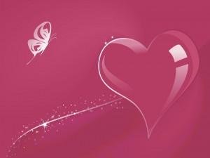 Corazón rosa junto a una mariposa
