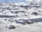 Valle y montañas cubiertos de nieve