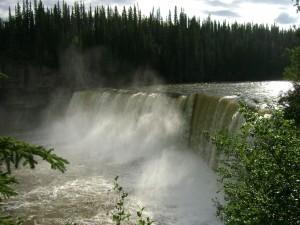 Cascada en el cauce de un río