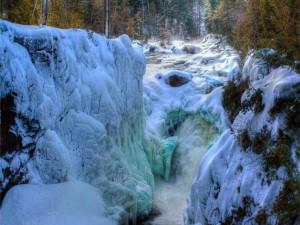 Nieve y hielo sobre las rocas de un río
