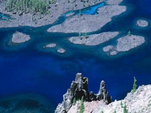 Pequeñas islas en el cauce de un río vistas desde arriba