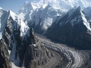 Pendiente de arena entre montañas nevadas