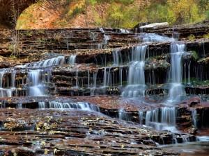 Fascinante cascada sobre escalones de roca