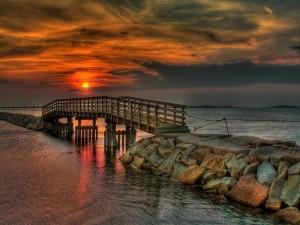 Puesta de sol sobre un puente de madera
