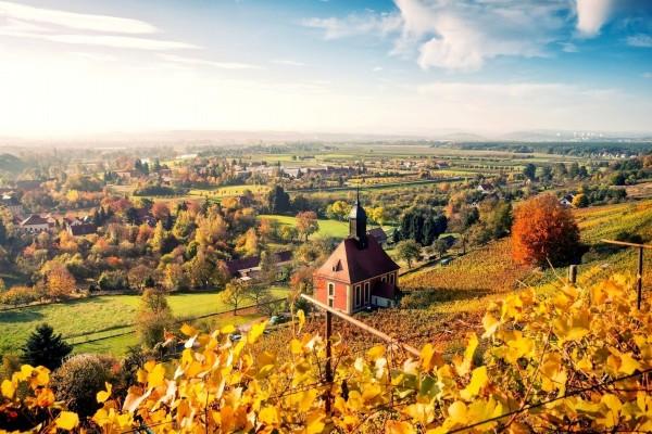 Pequeño pueblo en otoño
