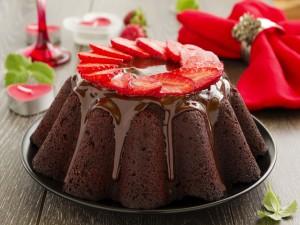 Pastel con glaseado de chocolate y fresas