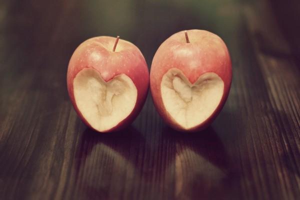 Corazones tallados en dos manzanas