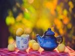 Pequeñas manzanas amarillas sobre una mesa