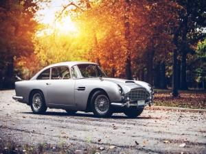 Aston Martin DB5 en una carretera otoñal