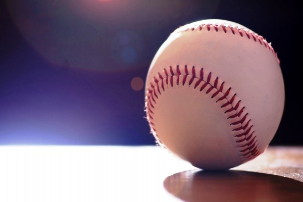Luz iluminando una pelota de béisbol