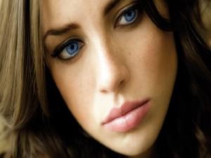 La cara de una chica de ojos azules