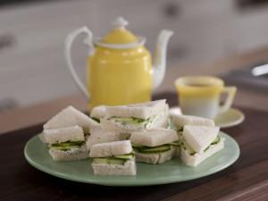 Pequeños sándwiches de pepino y queso crema