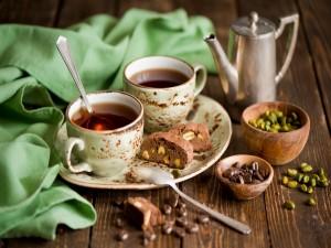 Té acompañado de unos bizcochitos de café y pistachos