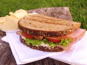 Un rico sándwich en pan de cereales