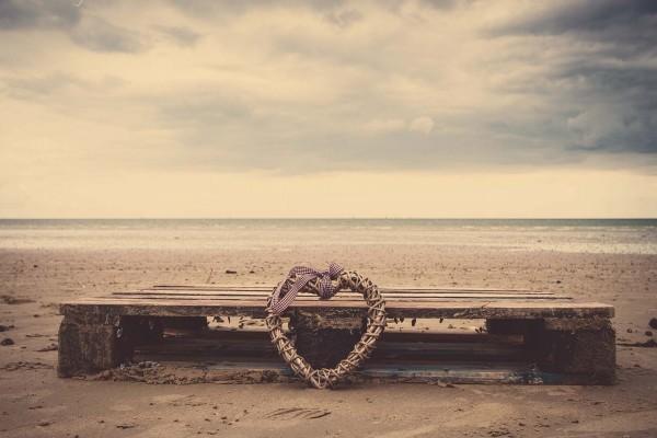 Corazón de mimbre en una playa