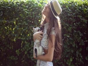 Mujer con un gatito en sus brazos