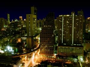 Luces encendidas en los edificios de una ciudad