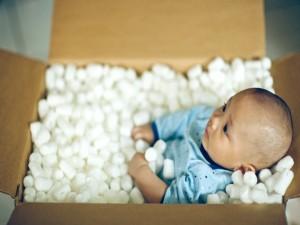 Postal: Bebé dentro de una caja