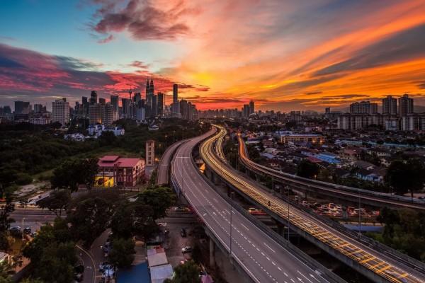 Carreteras en una gran ciudad vistas al amanecer