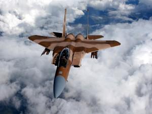 Macdonell Douglas F-15 Eagle volando sobre las nubes