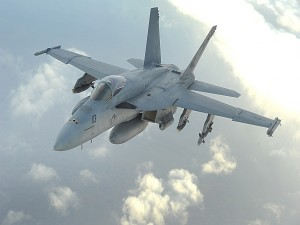 MacDonnell Douglas F/A-18 Hornet  sobrevolando las nubes