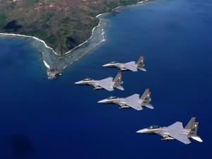 Formación de F-15 Eagle sobrevolando una isla volcánica