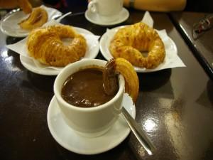 Churros con chocolate y cruasanes para el desayuno