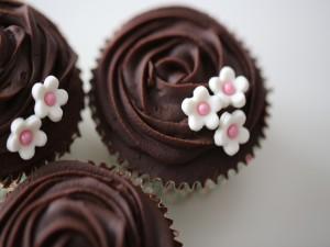 Cupcakes de chocolate decorados con pequeñas flores