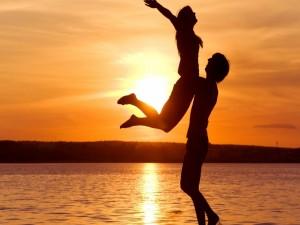 Enamorados disfrutando al atardecer